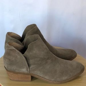 Lucky Brand beige suede ankle booties size 9.5